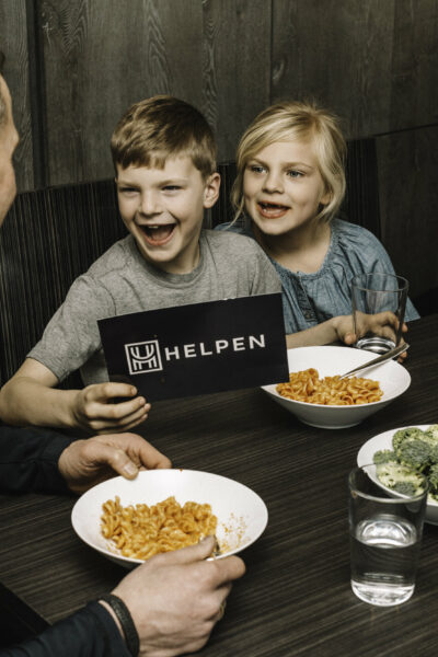 kids eating mac